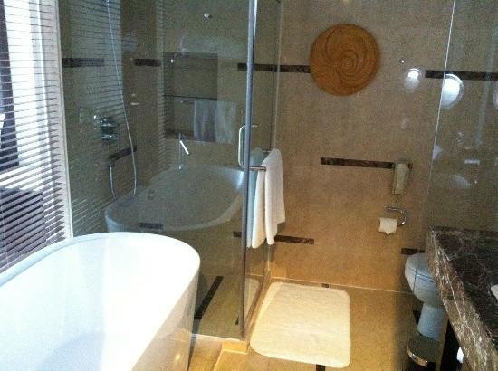 อินเตอร์คอนทิเน็นทอล ควิงดาว โฮเต็ล: impressive bathroom