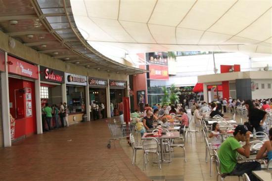 NH Cali Royal: Shopping area outside hotel