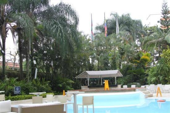 NH Cali Royal: Hotel grounds