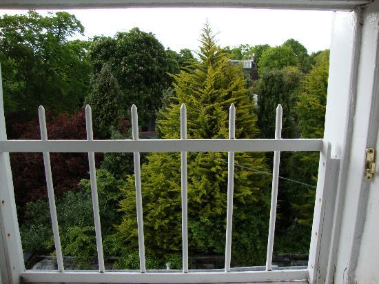 Royal Ettrick Hotel: Jardins e mais jardins em volta
