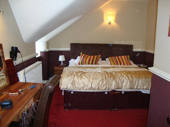 Royal Ettrick Hotel: Cama King Size em apartamento no sótão.