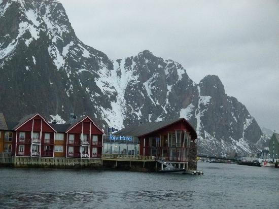 Scandic Svolvaer: Blick vom Hafen zum Hotel