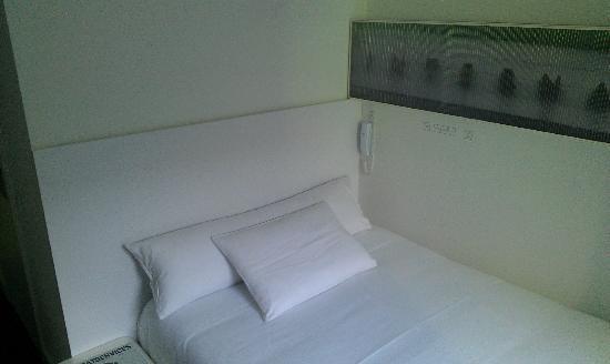 Hotel Gat Point Charlie: Bett