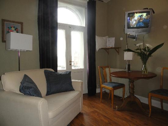 Jarnvagshotellet: Matbord och minisoffa i mitt rum