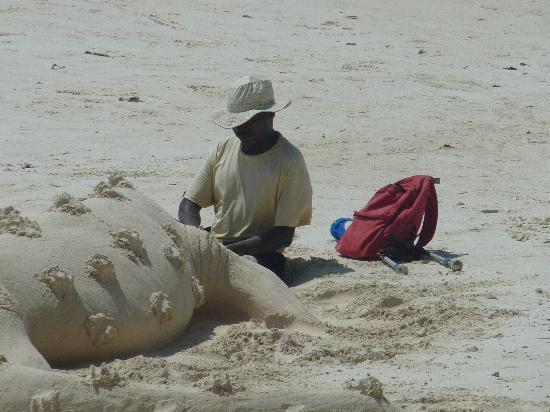 "Diani Sea Resort: ""Sandskulpteur"""