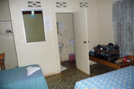 Hotel Utila : Door to Bathroom