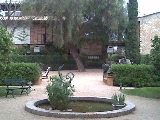Hotel Mas la Boella : estanque con grullas