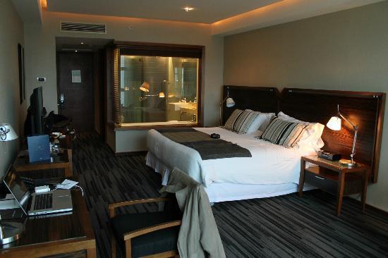 Hotel Dreams Valdivia: Bedroom and bathroom window