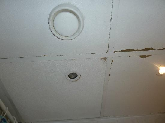 Pax Hotel: Decke des Badezimmers