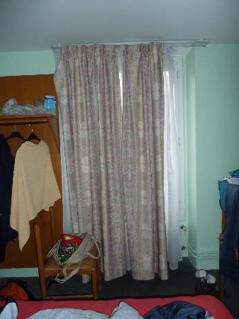 Pax Hotel: Kein Schrank vorhanden, Vorhang hängt halb lose