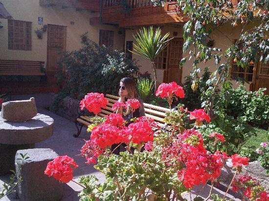 Amaru Hostal: jardim interno