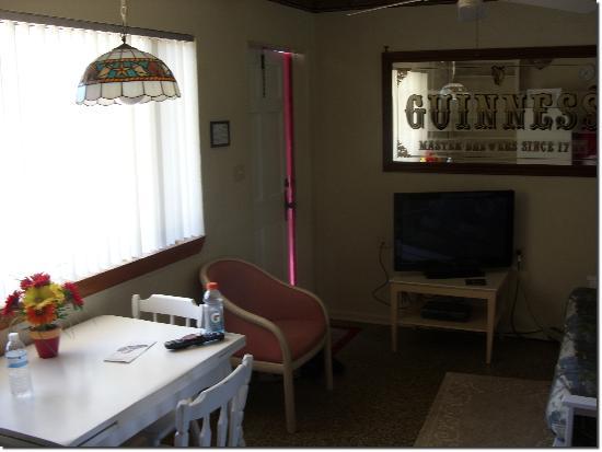 South Beach Inn: Living room and dinette