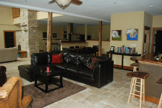 Makanda Inn & Cottages: common area