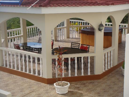 Retreat Guesthouse Luxury Suites : the back patio