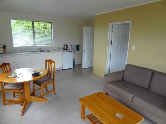 Rainforest Motel: Wohnzimmer / Küche