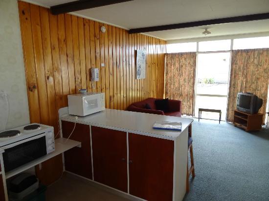 Motueka Garden Motel: Küche / Wohnzimmer / Terasse