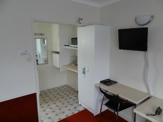 Alexander Spa Motel: Schreibtisch und Küchenzeile