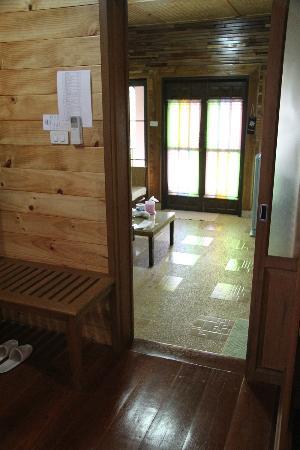 Baan Soontree Resort : bedroom thru sitting room to entry