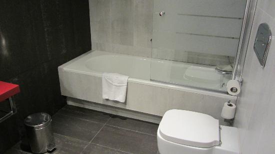 ILUNION Suites Madrid: bathroom