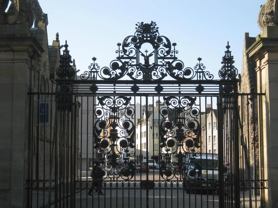 Palace of Holyroodhouse: Palace gates