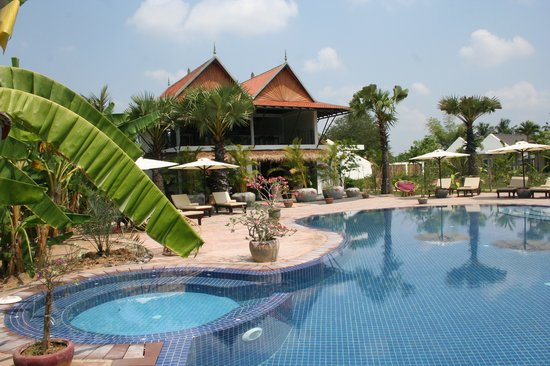 Battambang Resort: Pool & restaurant