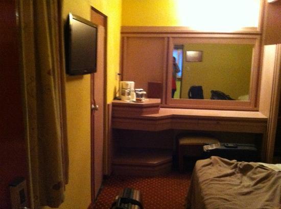 Monaco Hotel: Habitación vista desde la puerta de ingreso