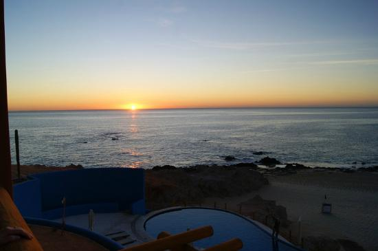 Club Regina Los Cabos: Sunrise from the balcony of our lower room