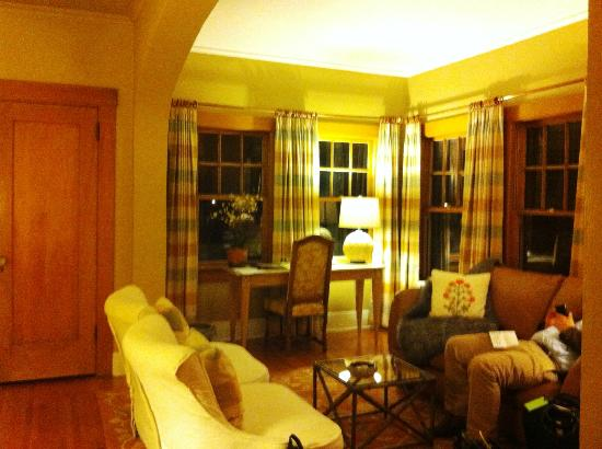 Catalina Park Inn: Large seating area; lots of windows