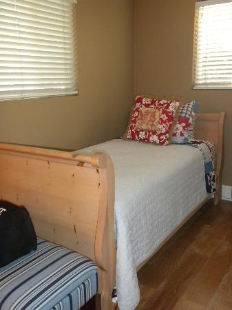 Casa de Balboa Beachfront: Kids room (two twin beds)