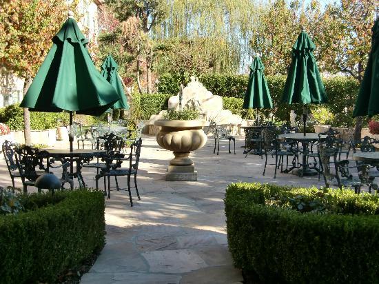 Ayres Suites Ontario Mills Mall: Pretty garden