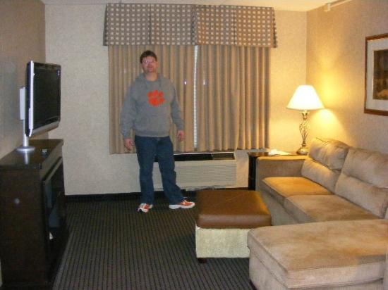 HYATT house Charlotte Airport: Spacious Seating area w/ flat screen TV