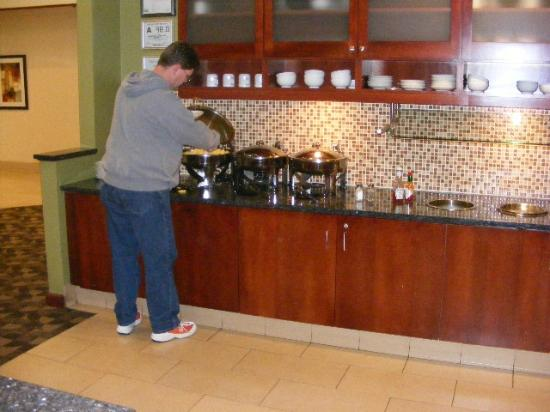 HYATT house Charlotte Airport: Very nice breakfast, lunch, dinner in lobby FREE food