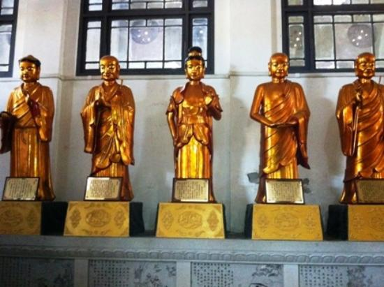 Gude Temple of Hankou: More statues inside the temple