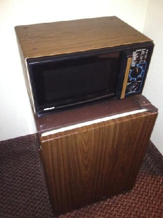 Red Roof Inn Clarksville: Antique Microwave    Fancy!