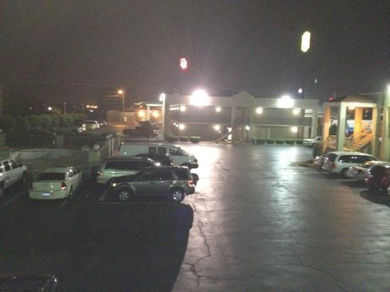 Red Roof Inn Clarksville : parking lot