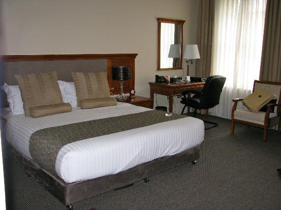 Clarion Hotel City Park Grand: roomy bed