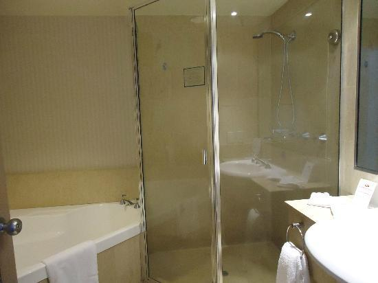 Crowne Plaza Surfers Paradise: Big bath and spacious shower