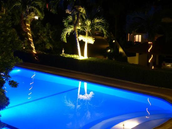 Pen Villa Hotel: Pen Villa pool by night