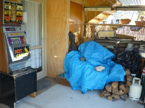 Mountain View Accommodation: Entryway complete with slot machine and junk