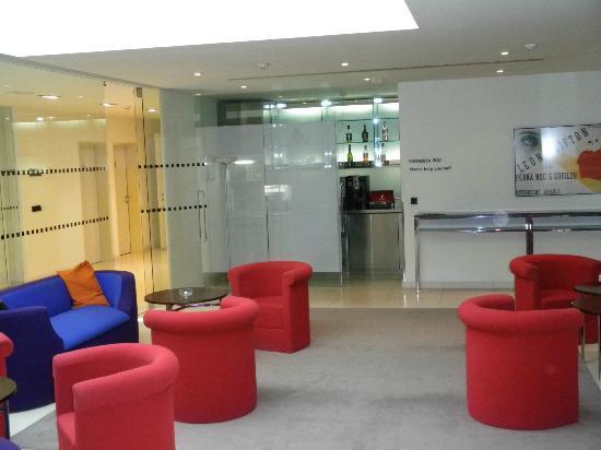 Maximilian Hotel: Lounge Area ( Honesty bar)