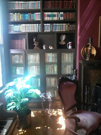 Hillcrest Manor Bed & Breakfast : Library