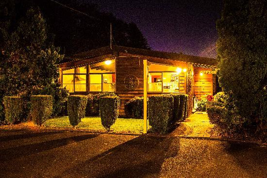 Grange Lodge Motel: Unit at night