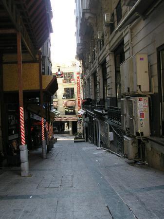 Beta Home Istanbul: Wenig einladende Gasse!