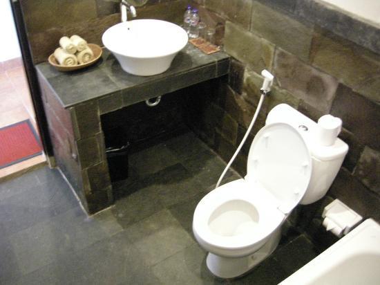 Pondok Pundi Village Inn & Spa: bath