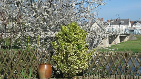 Auberge de l'Ile: Terrasse au bord de la Vienne