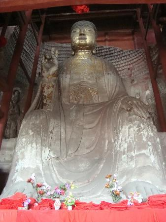 Hechuan Laitan Ancient Town: big Budda, see flowers for scale