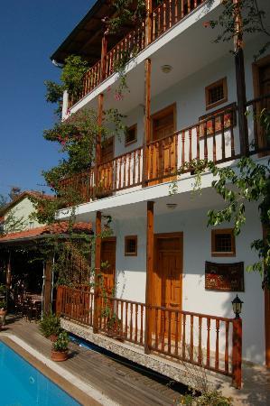 Hotel Beydagi Konak: Rooms from outside