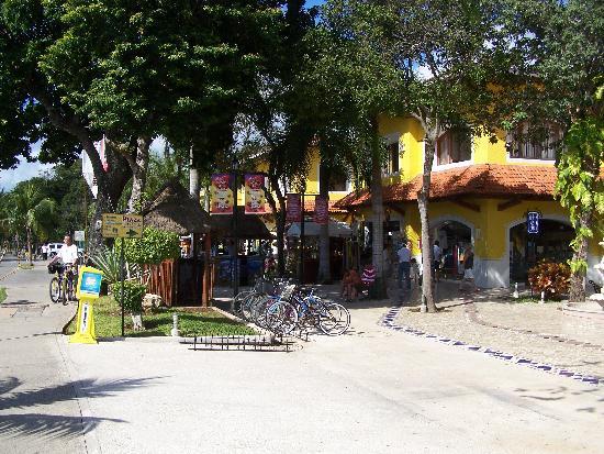 Piste Cyclable sur Paseo Xaman-Ha: Plaza Playacar(rack pour les vélos)