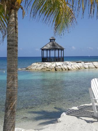 Secrets St. James Montego Bay : Beach area