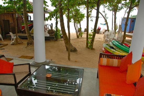 Kingfisher Hotel : espace salon , bar, plage